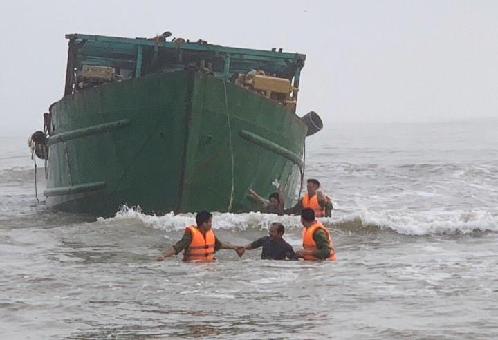 Thừa Thiên Huế: Thuyền mắc cạn, 4 người được giải cứu an toàn