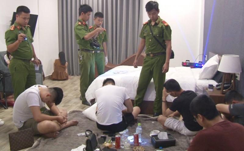 """Huế: Đột kích khách sạn, phát hiện hàng chục thanh niên """"phê"""" ma túy"""