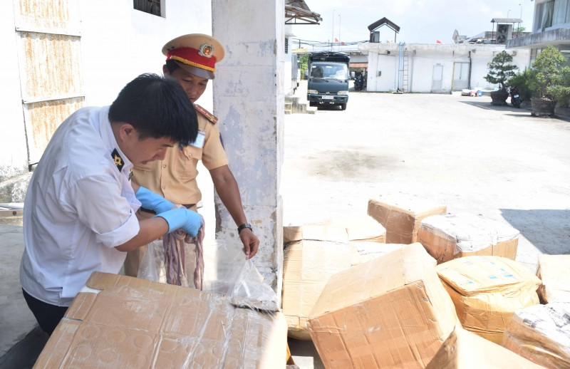 hue bat qua tang xe khach cho hon 1600kg noi tang dong vat khong ro xuat xu
