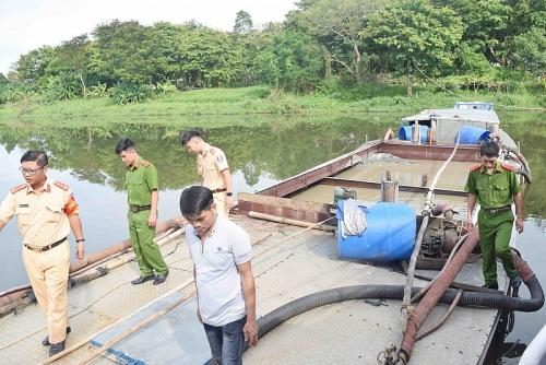 Huế: Phát hiện thuyền khai thác cát trái phép
