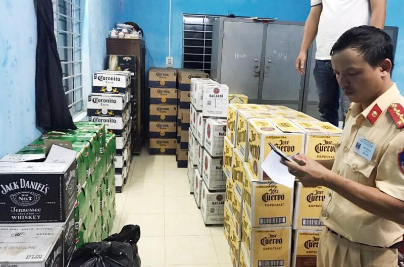 Thừa Thiên Huế: Bắt quả tang xe ô tô chở hơn 4.000 chai bia, rượu lậu