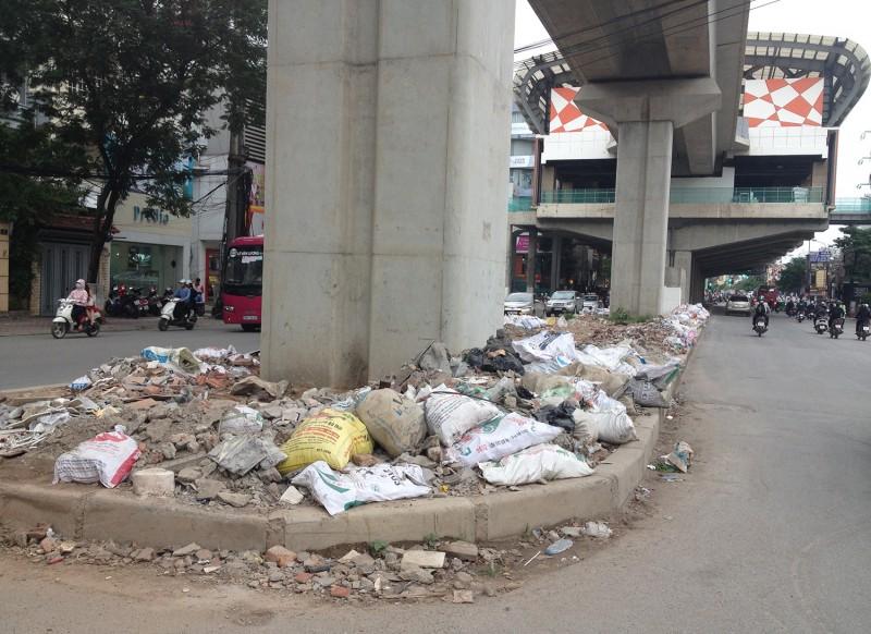 Gầm đường sắt trên cao trở thành bãi rác thải vật liệu xây dựng