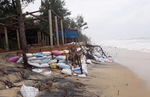 Thừa Thiên Huế: Sạt lở nặng do mưa lũ kéo dài