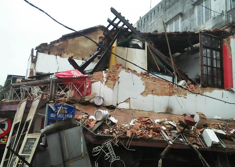 Huế: Nhà hai tầng đổ sập đêm khuya, 2 người thoát chết