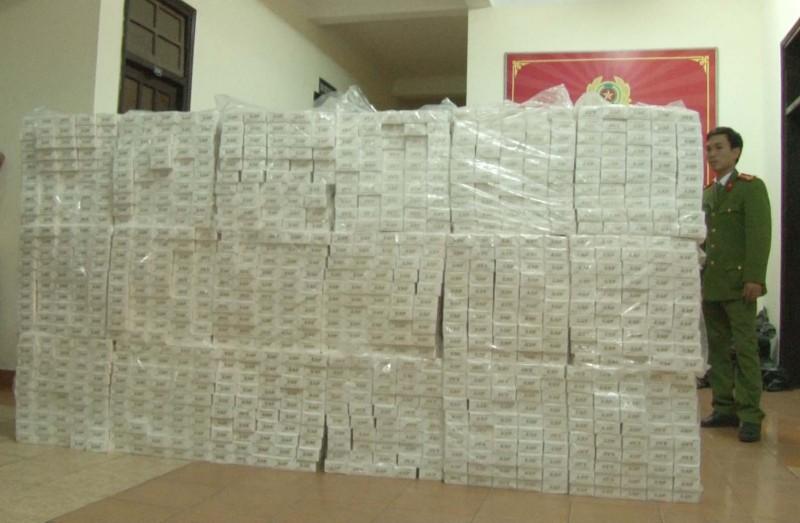 hue bat qua tang xe container van chuyen 15000 goi thuoc jet nhap lau