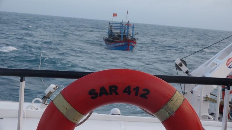 Cứu thành công ngư dân gặp nạn trên biển Hoàng Sa