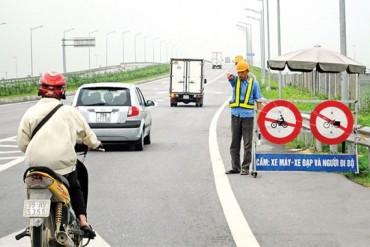 Yêu cầu xử lý nghiêm việc ném đá lên xe ôtô trên cao tốc Hà Nội - Thái Nguyên