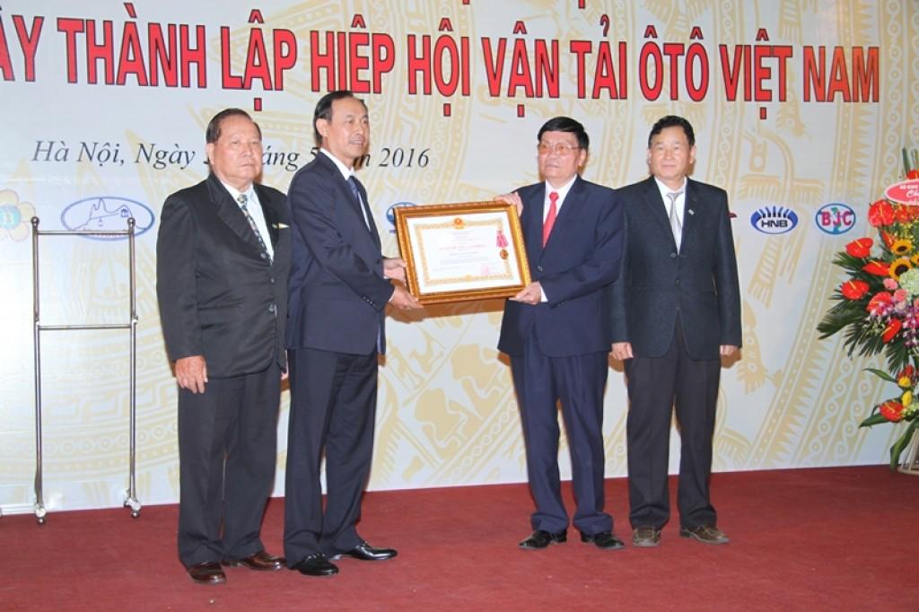 Hiệp hội vận tải ôtô Việt Nam đón nhận Huân chương Lao động hạng Ba