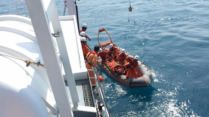 Cấp cứu thành công thuyền viên tàu ĐNa 90484 TS
