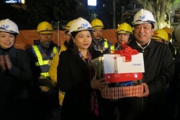 Chủ tịch LĐLĐ Thành phố Nguyễn Thị Tuyến thăm, tặng quà Tết CNLĐ ngành Xây dựng Hà Nội