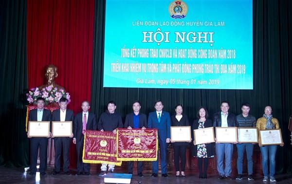 LĐLĐ huyện Gia Lâm đón nhận Cờ thi đua xuất sắc của UBND Thành phố