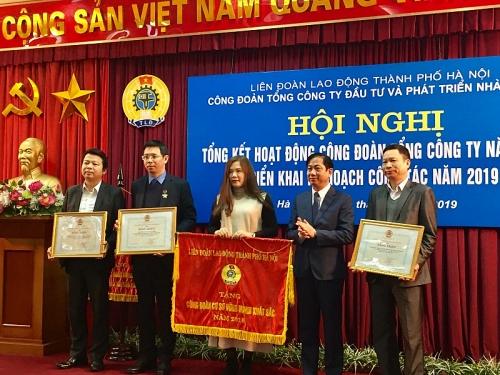 Đón nhận Cờ thi đua xuất sắc của LĐLĐ Thành phố