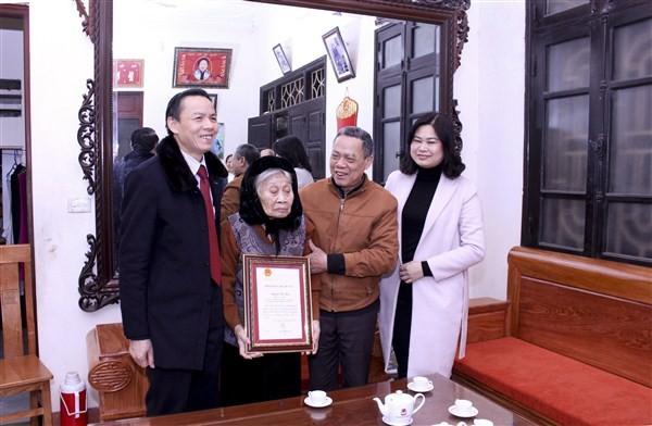 Lãnh đạo huyện ủy Gia Lâm tặng quà, chúc Tết Mẹ Việt Nam anh hùng và người cao tuổi