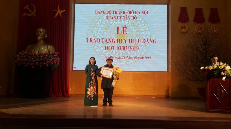 Trao tặng huy hiệu 70 năm tuổi Đảng cho đảng viên lão thành quận Tây Hồ