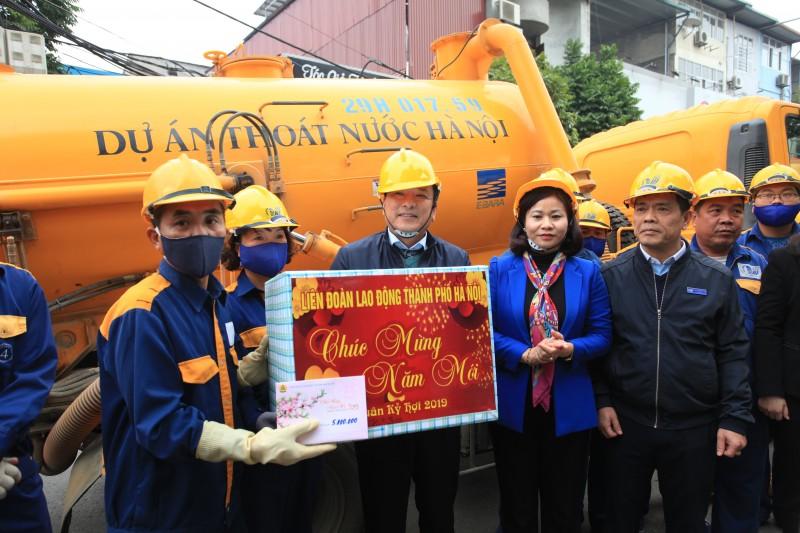 Chủ tịch LĐLĐ Thành phố Nguyễn Thị Tuyến thăm, chúc Tết, tặng quà CNLĐ ngành Xây dựng Hà Nội