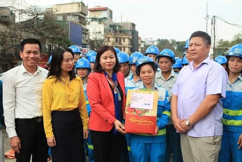 Chủ tịch LĐLĐ Thành phố Nguyễn Thị Tuyến thăm, tặng quà Tết công nhân môi trường đô thị