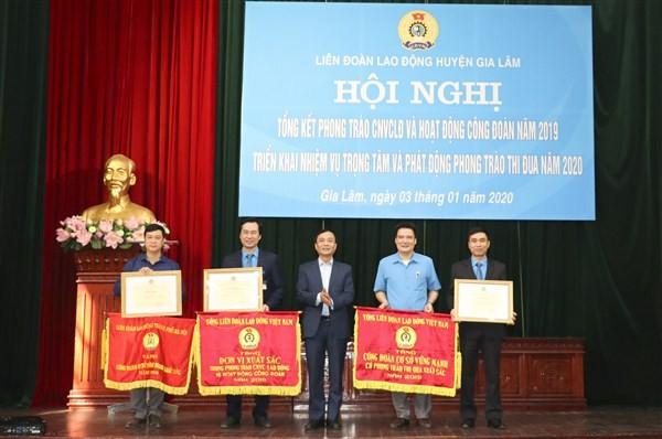 LĐLĐ huyện Gia Lâm vinh dự nhận Cờ thi đua xuất sắc của Tổng LĐLĐ Việt Nam