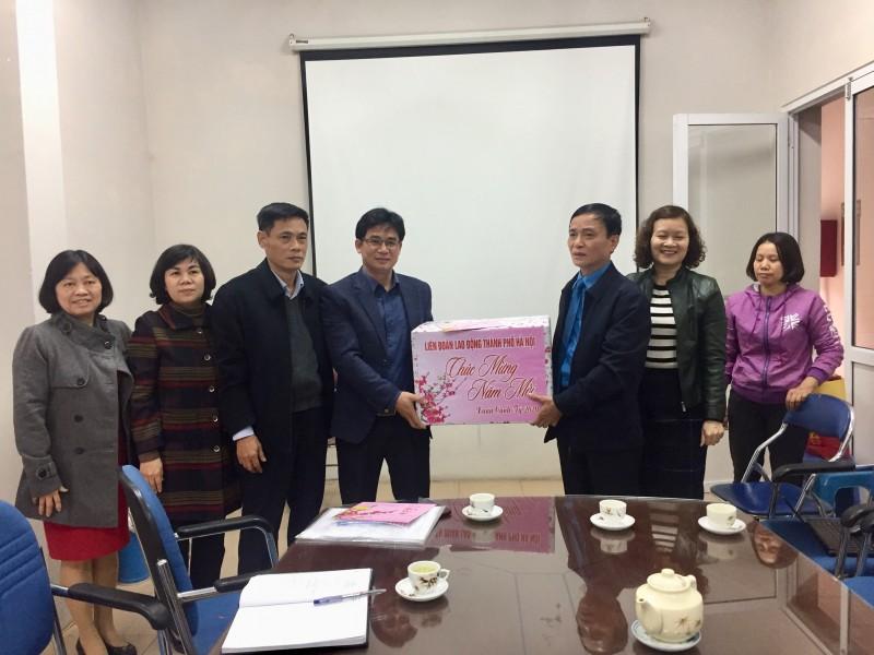 Phó Chủ tịch LĐLĐ Thành phố Ngô Văn Tuyến thăm, tặng quà cơ sở phục vụ Tết  thuộc ngành Thương mại Hà Nội