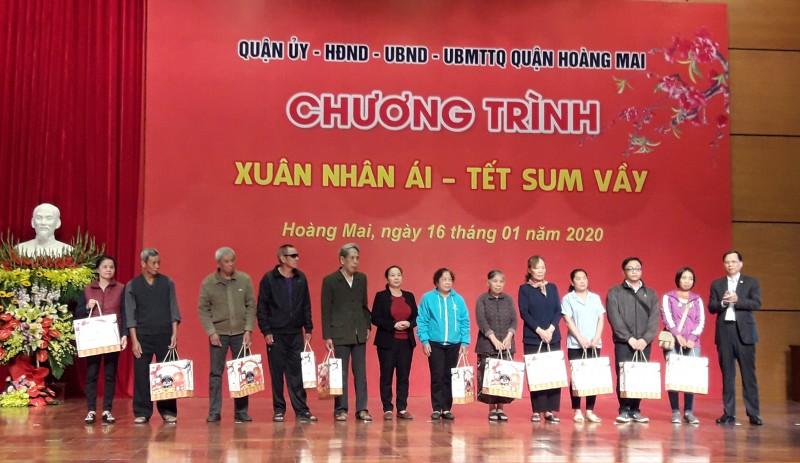 Quận Hoàng Mai: 3,4 tỷ đồng tặng quà Tết cho nhiều đối tượng chính sách