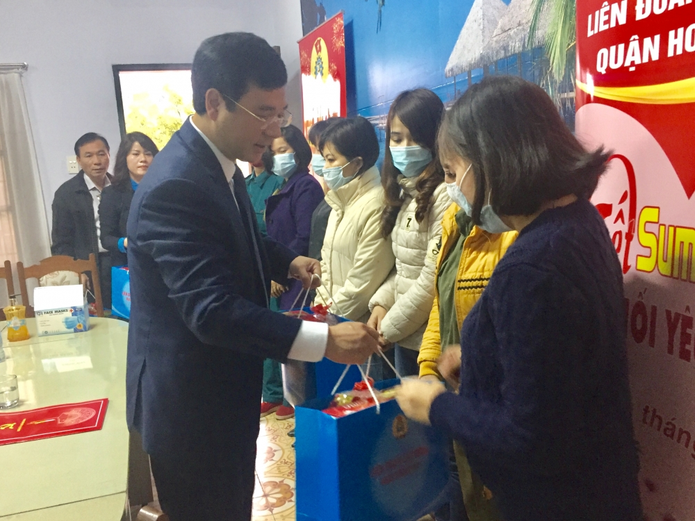 Lãnh đạo quận Hoàng Mai thăm, tặng quà Tết cho công nhân lao động khó khăn