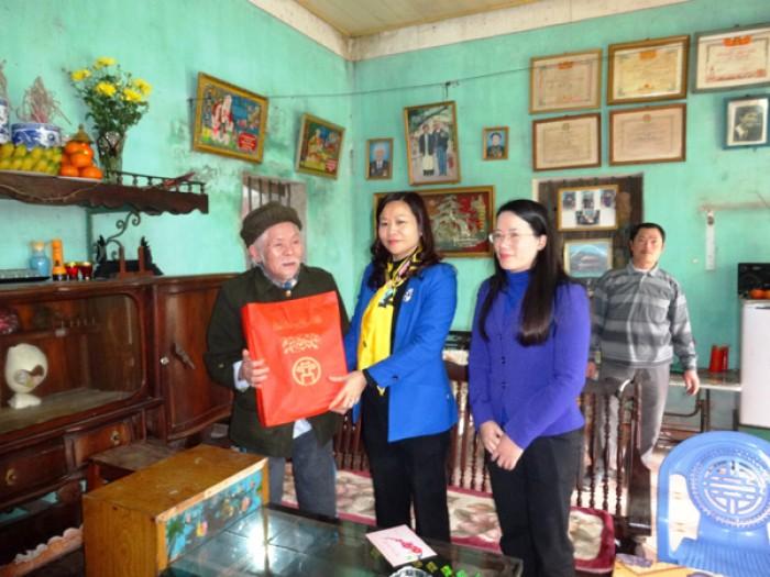 Ủy viên Thường vụ Thành ủy Nguyễn Thị Tuyến: Thăm chúc Tết các gia đình chính sách