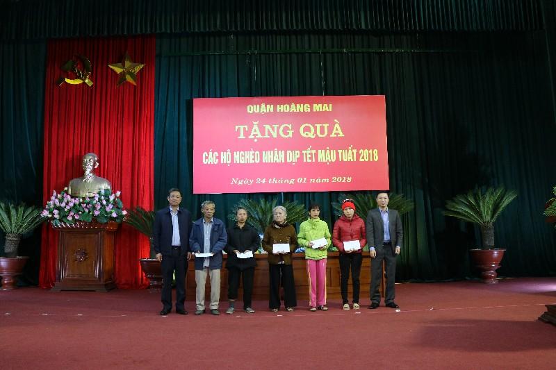 Tặng quà Tết cho 220 hộ nghèo