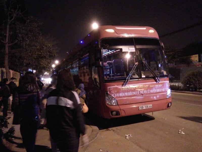4 chuyến xe ô tô đưa công nhân về quê đón Tết