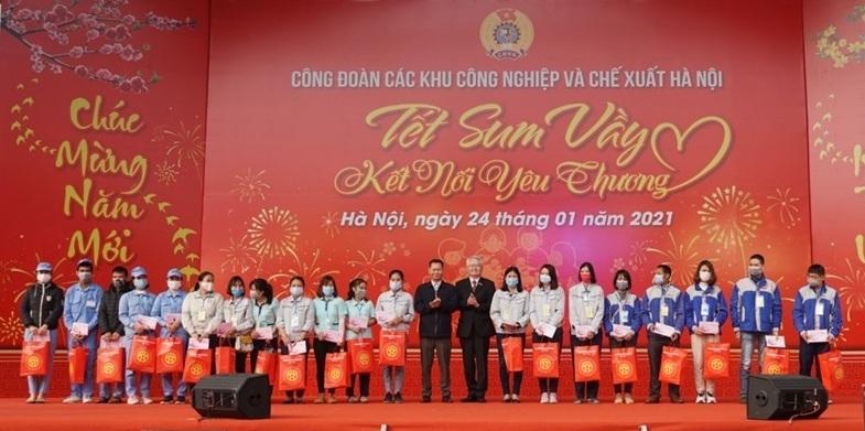 Hỗ trợ kinh phí cho 918 công nhân có hoàn cảnh khó khăn về quê đón Tết