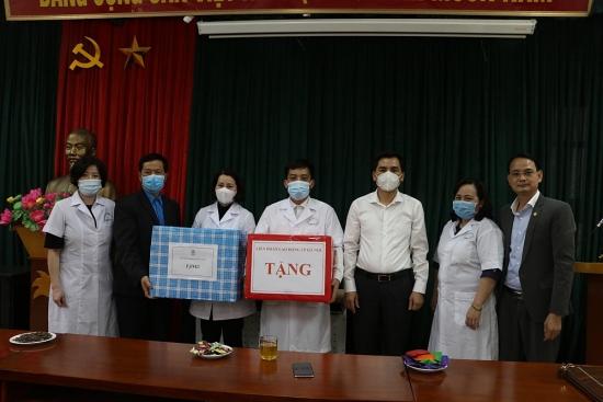 Tặng quà và tiền trị giá trên 100 triệu đồng động viên đoàn viên ngành Y tế làm nhiệm vụ chống dịch