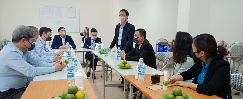 Lãnh đạo LĐLĐ Thành phố tặng khẩu trang cho CNVCLĐ và nhân dân phường Trúc Bạch