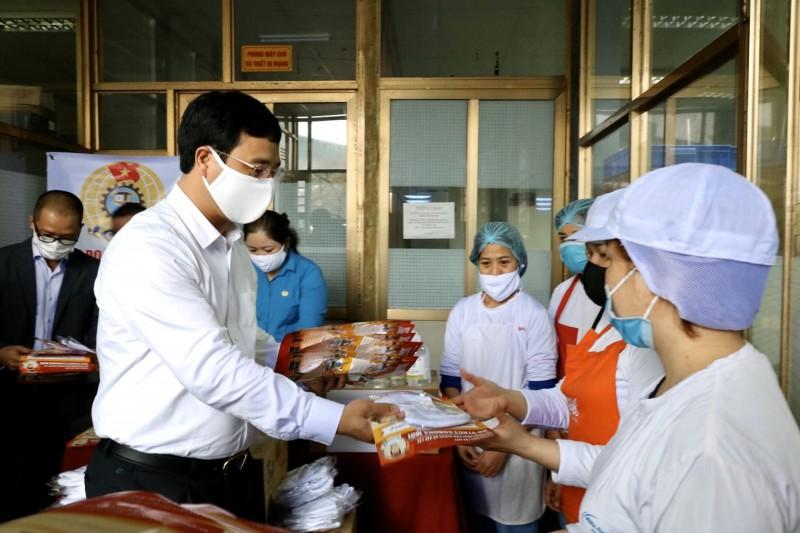 Quận Hoàng Mai: Hàng ngàn khẩu trang giúp công nhân chống dịch bệnh