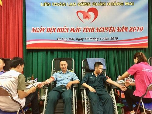 CNVCLĐ và LLVT quận Hoàng Mai tích cực hiến máu tình nguyện