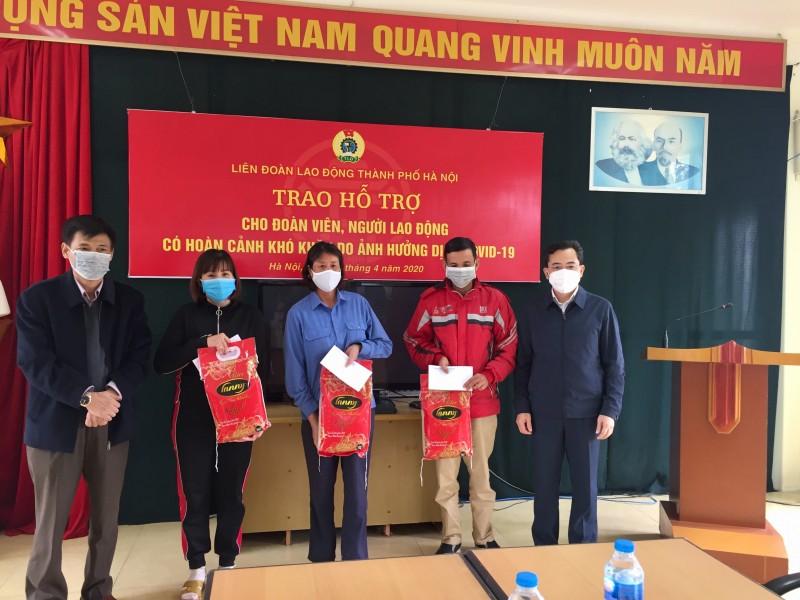 Lãnh đạo Liên đoàn Lao động Hà Nội thăm, trao hỗ trợ cho người lao động khó khăn