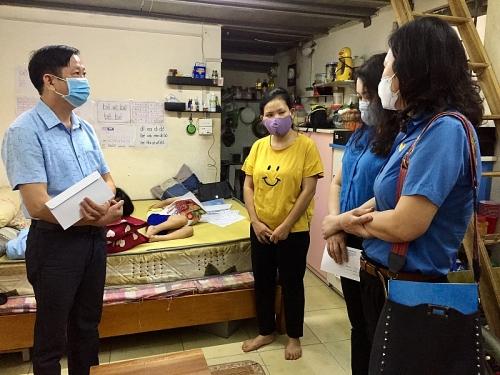 Lãnh đạo Liên đoàn Lao động Thành phố trao hỗ trợ giáo viên bị ảnh hưởng dịch Covid-19