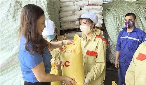 Liên đoàn Lao động huyện Gia Lâm trao quà hỗ trợ cho công nhân khó khăn do dịch covid-19