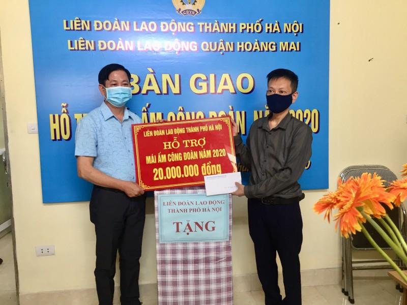 Đoàn viên công đoàn hoàn cảnh khó khăn của quận Hoàng Mai được trao Mái ấm Công đoàn