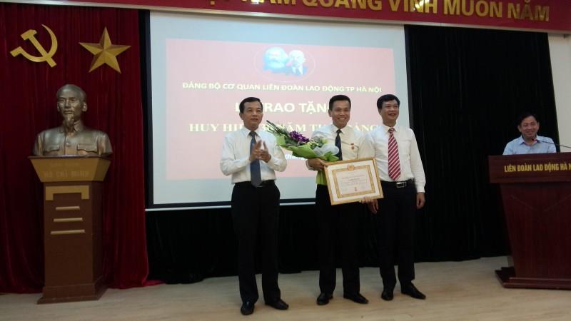 Trao Huy hiệu 30 năm tuổi Đảng cho Chánh văn phòng LĐLĐ Thành phố