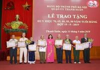 Trao tặng Huy hiệu Đảng cho đảng viên lão thành quận Thanh Xuân