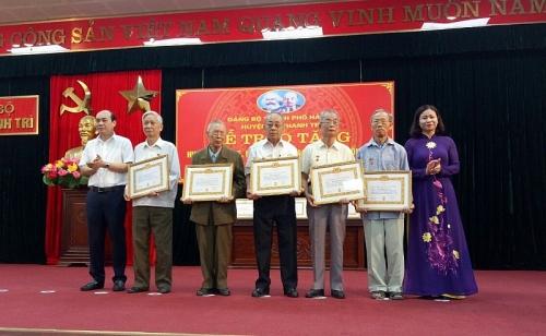 Trao Huy hiệu Đảng cho đảng viên lão thành huyện Thanh Trì