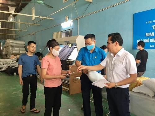 Lãnh đạo Liên đoàn Lao động Hà Nội thăm hỏi, hỗ trợ công nhân khó khăn huyện Gia Lâm