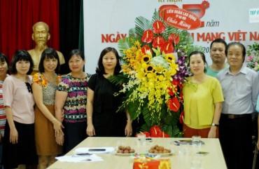Chủ tịch LĐLĐ Thành phố Nguyễn Thị Tuyến thăm, chúc mừng Báo Lao động Thủ đô