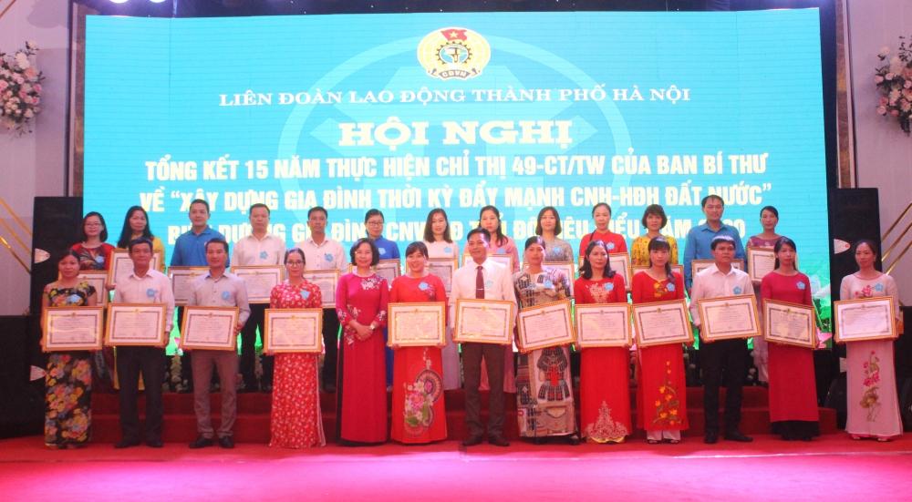 Biểu dương 100 gia đình công nhân viên chức lao động Thủ đô tiêu biểu