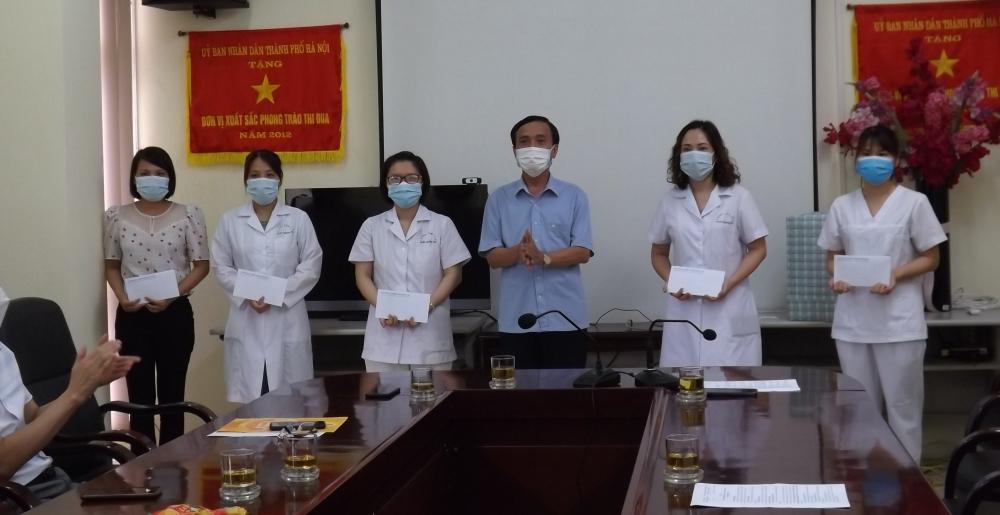 Lãnh đạo Liên đoàn Lao động Thành phố thăm, tặng quà Trung tâm Y tế quận Hoàng Mai