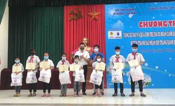 Nhiều quà tặng thiết thực đến với trẻ em khó khăn huyện Thanh Oai