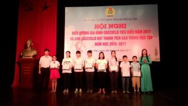 Khen thưởng 70 cháu học sinh con CBCCVCLĐ đạt  thành tích cao trong học tập