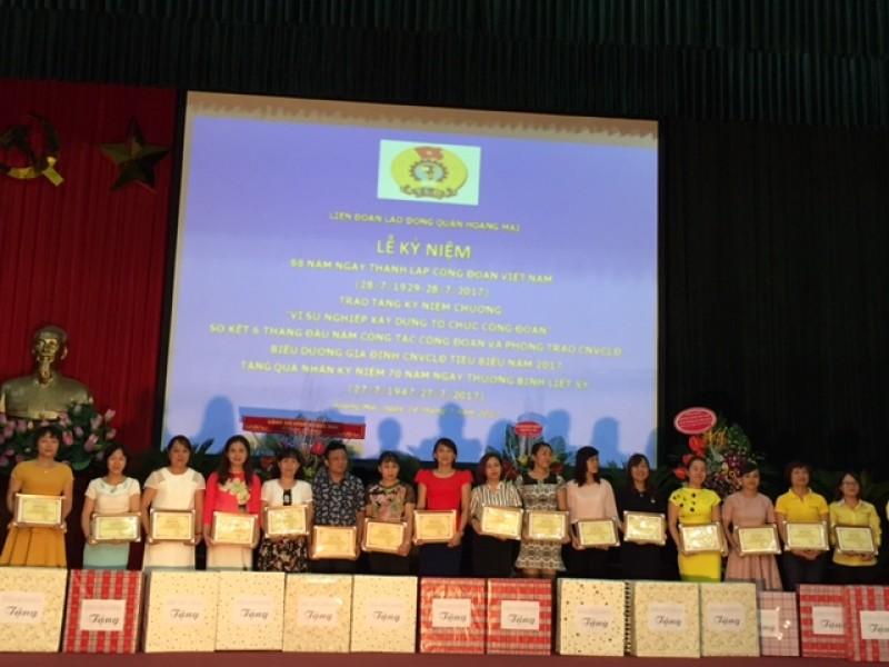 Khen thưởng 52 Gia đình CNVCLĐ tiêu biểu