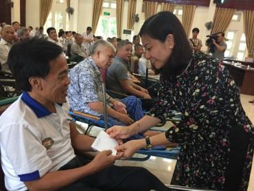 Chủ tịch LĐLĐ Thành phố Nguyễn Thị Tuyến thăm, tặng quà Trung tâm Điều dưỡng thương binh Thuận Thành