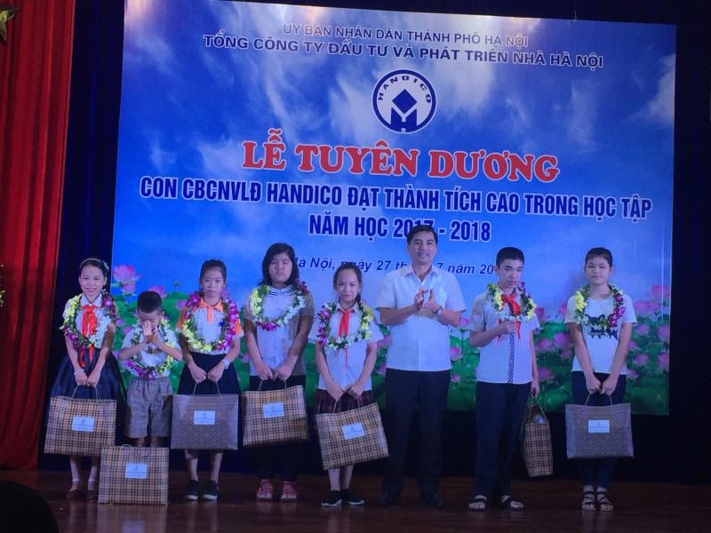 Tuyên dương 82 con cán bộ CNVLĐ đạt thành tích cao trong học tập
