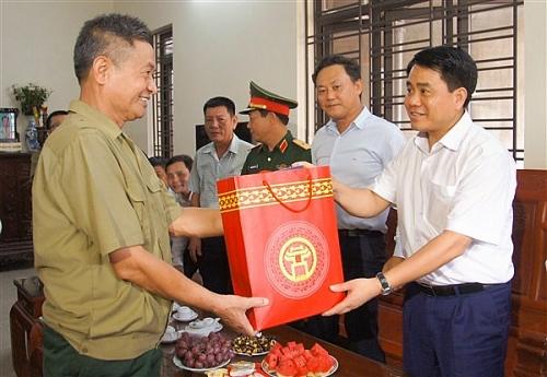 Chủ tịch UBND TP Hà Nội thăm, tặng quà gia đình chính sách trên địa bàn huyện Gia Lâm