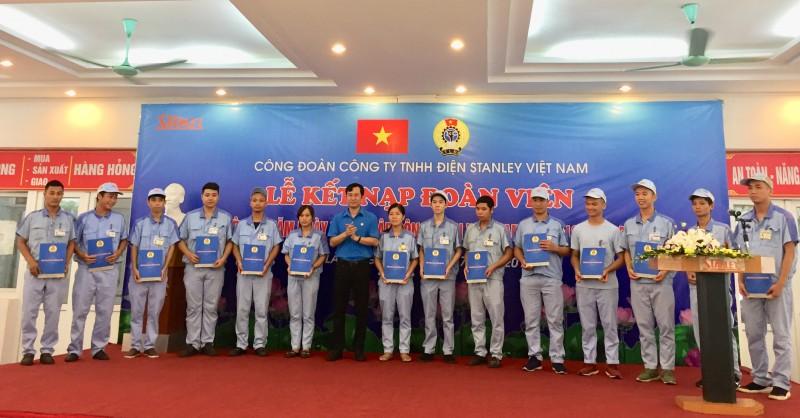 Công đoàn Công ty TNHH Điện Stanley Việt Nam kết nạp 150 đoàn viên mới
